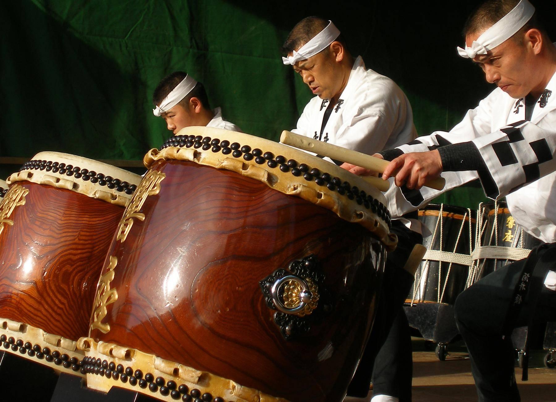 taiko men drummers