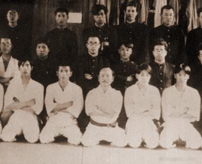 Φωτογραφία του 1928 με τον Δάσκαλο Φουνακόσι και του τμήματος Καράτε-ντο του Πανεπιστήμιου Waseda