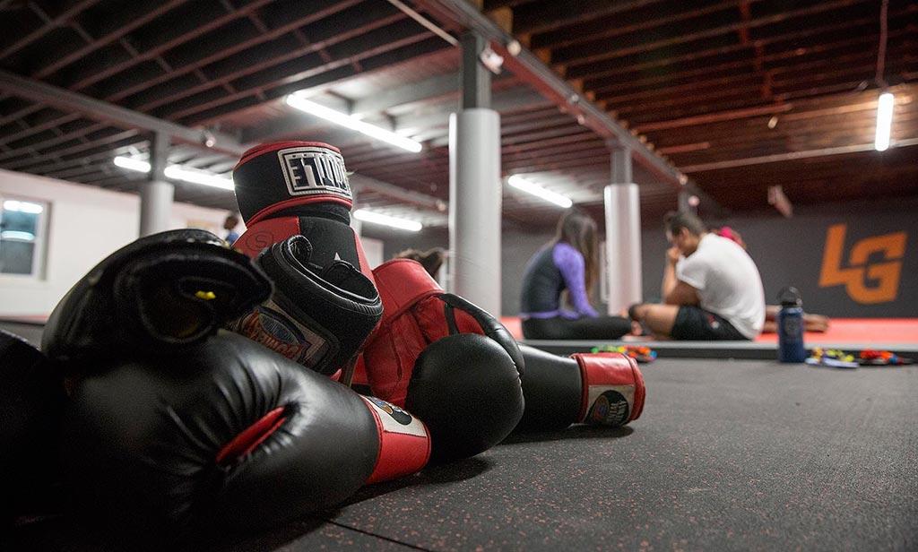 γάντια πυγμαχίας με φόντο σχολή πολεμικών τεχνών